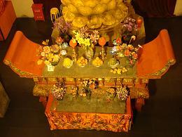 Intérieur temple Shanghai table avec des fruits et fleurs