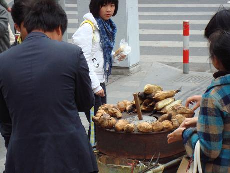 Un stand pour manger dans la rue à Shanghai