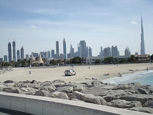 Plage à Dubai avec une voiture de police