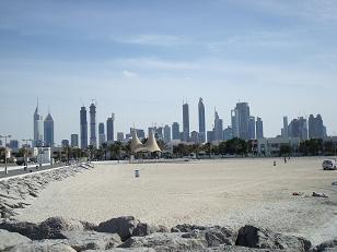 Des plages à Dubai on a une vue sur les tours en construction