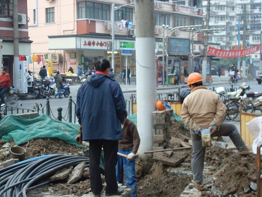 des travailleurs à Shanghai dans les travaux publics