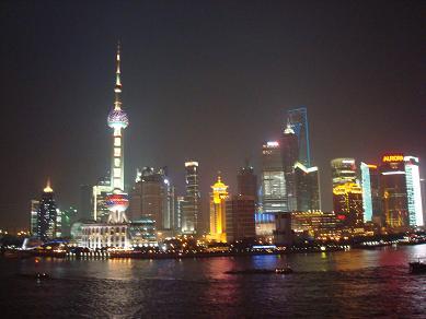 Vue sur le quartier du Pudong depuis la promenade du Bund la nuit