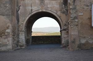 Une porte dans Ménerbes avec vue sur la plaine vauclusienne