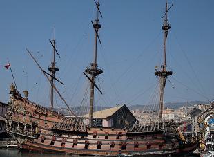 Ancien bateau dans le port de Gênes (réplique)