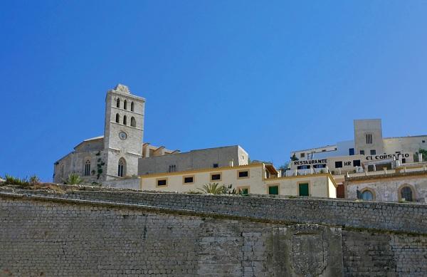 La vieille ville d'Ibiza avec les remparts au premier plan