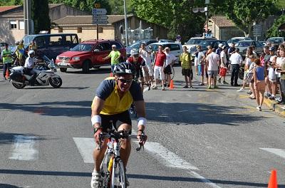 un concurrent en vélo pour l'épreuve Iron Man de 2012
