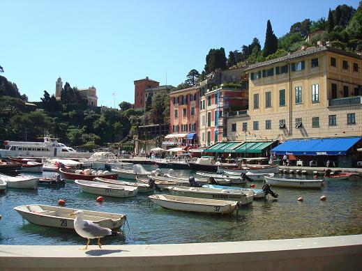 Le port de Portofino avec les barques et l'église en arrière plan