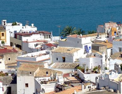 Une vue du quartier de Sa Penya avec la mer en arrière plan