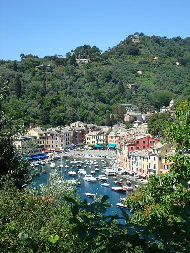 Vue générale de Portofino depuis la promenade pour se rendre au château