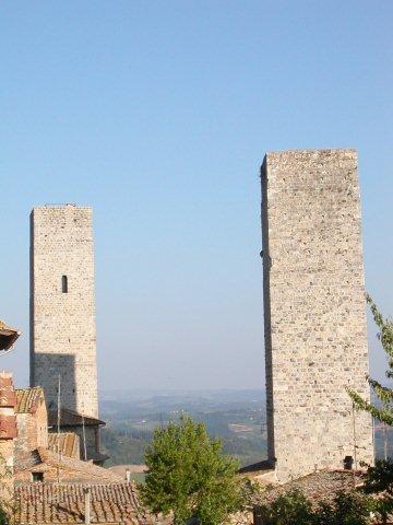Des tours dans un paysage de Toscane