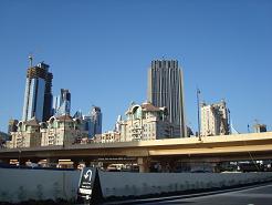 La partie récente de Dubai avec une sorte d'autoroute qui passe au centre