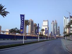 Une route deserte avec des immeubles à Dubai